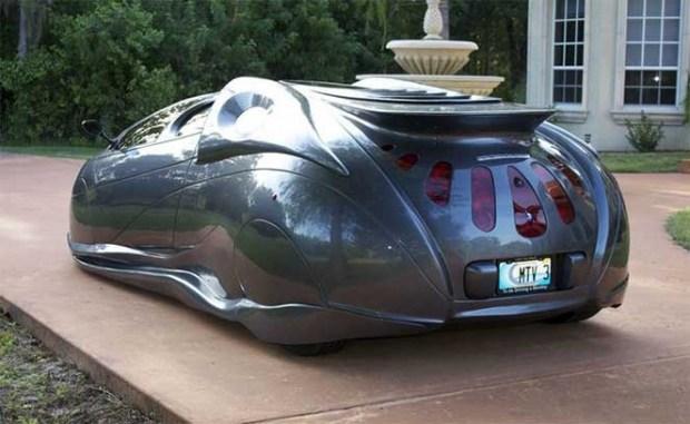 Новости дня: миллионер притворялся инвалидом ради скидки, а американец создал невероятное футуристическое авто